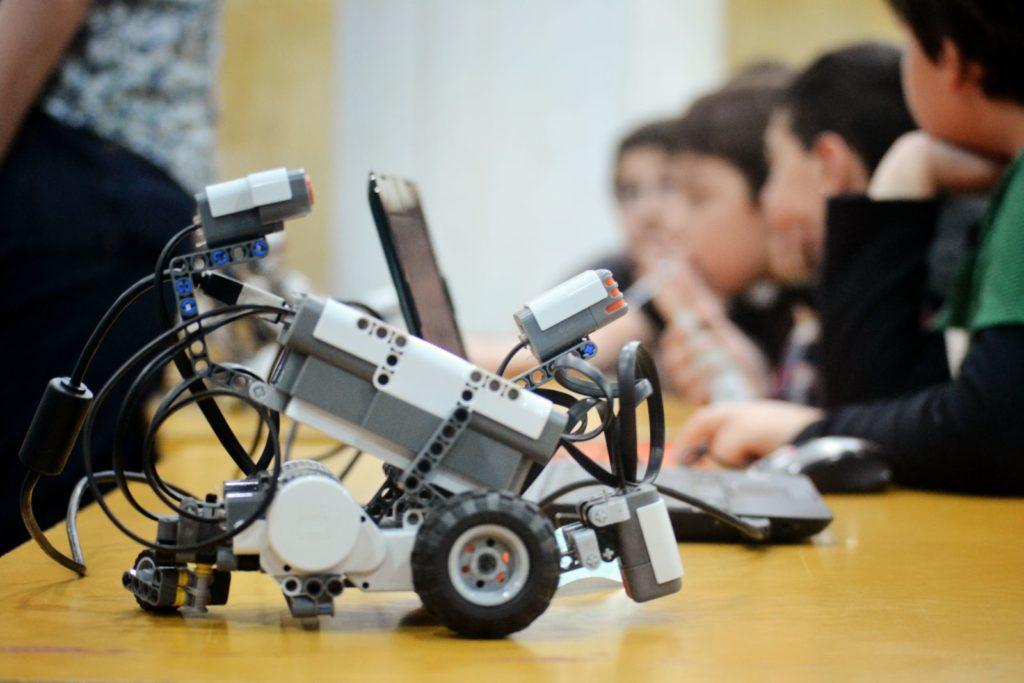Extraescolares Robótica Programación. Una novedosa actividad extraescolar se suma a la enorme lista de posibilidades que Aula de Ocio ofrece a los colegios para completar sus ofertas educativas dentro del Plan de Apertura. Robótica y Programación es un taller concebido para iniciar a los alumnos en la construcción de Robots y en la creación de videojuegos. Una actividad novedosa que los alumnos podrán empezar a disfrutar en septiembre con el comienzo del nuevo curso.