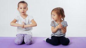 Mindfulness Botella Calma. Seguro que últimamente ha escuchado alguna vez la palabra Mindfulness en algún entorno educativo con niños. Esta práctica está captando el interés de profesores y padres de España y recientemente está empezando a ser contemplada en los centros públicos, siguiendo ejemplos como los de Holanda, Gran Bretaña o Estados Unidos. Una de las prácticas más llamativas es la Botella de la Calma, que trata de ofrecer una herramienta de autoregulación emocional a los más pequeños.