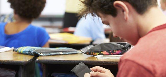 """Tecnología en los Colegios. """"Hay cosas que no se pueden dejar fuera de la escuela si su función es educar para la vida"""". César Bona, el considerado mejor profesor español, habla sobre la tecnología a la que considera que se ha """"convertido prácticamente en una extensión de nuestros cuerpos"""" y que no darle su espacio en los colegios, no reflejaría la realidad que se vive a día de hoy fuera de las aulas."""