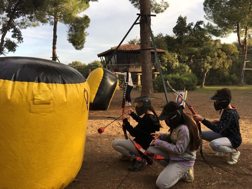 Actividades con Colegios. Por cuarto año consecutivo hemos celebrado el día de convivencia del I.E.S. Néstor Almendros con actividades al aire libre como el Futbolín Gigante, el Taller de Circo, un Raid de Orientación, el 'Archery Tag' y nuestro Circuito de Karts. Una jornada que tiene como objetivo crear vínculos entre sus estudiantes de 1 de E.S.O. ante el periodo escolar que les queda por delante...
