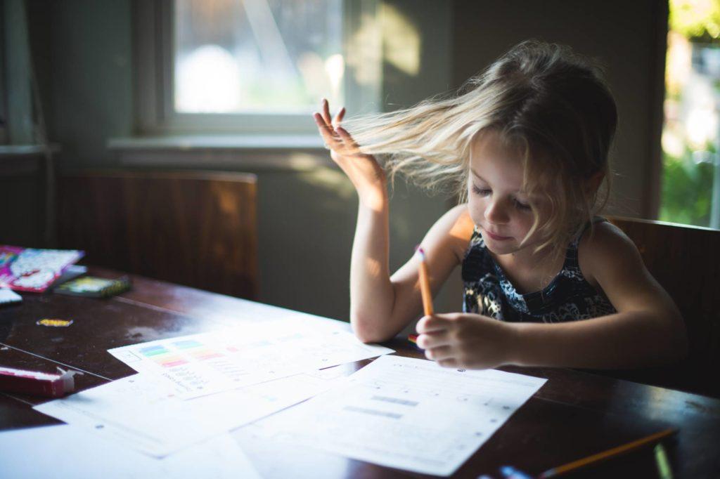 Educación Recompensas. Una vez recibidas las notas debido al final del curso escolar, se abren tres meses que en muchos casos quedan muy condicionados según las calificaciones obtenidas por los más pequeños. Las recompensas son estrategias educativas con las que se pueden conseguir cambios positivos en los niños, pero el exceso de premios puede resultar tan perjudicial o más que el castigo.