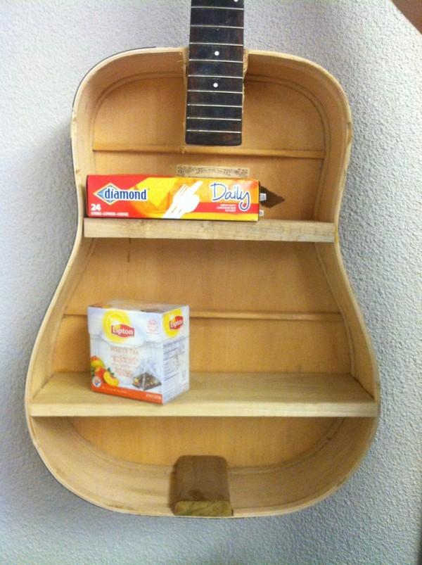 ESTANTERÍA CON RITMO.  Un poco de maña con la madera y tenemos una estantería muy musical.