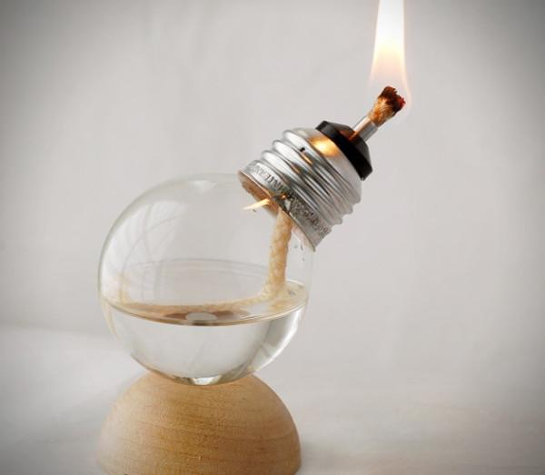 LÁMPARA DE ACEITA CON UNA BOMBILLA. Esta idea es una de las más significativas. La luz vuelve a una bombilla vieja.