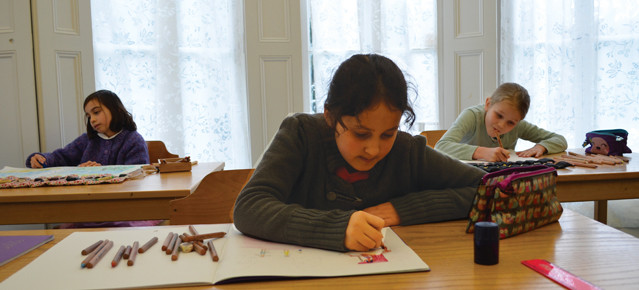 """Colegio Tecnologia Educación Acorn. Situado en Londres hay un colegio, llamado Acorn School que ha impuesto un sistema revolucionario dando la espalda a las TIC aplicadas a la educación. En este centro educativo, el alumnado tiene prohibido el uso de la tecnología hasta los 12 años, cuando les enseñan a hacerse su propio ordenador personal. Los rectores del centro educativo consideran que mediante esta medida, que se amplía hasta el ámbito familiar de los alumnos, """"los niños crecen más felices, estudian más y están sometidos a menos presión""""."""