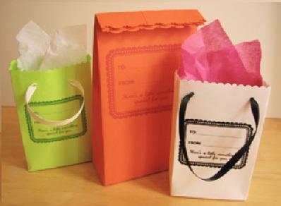 Ideas Reciclaje Bolsas Papel. Os proponemos varias ideas y trucos para fabricar bolsas de papel (muy útiles por ejemplo para regalos) a partir de material reciclado, de esos retazos de tela o papeles que tenemos por casa. Es una buena manera de aprovechar esos materiales ligeros como el papel, de apoyar un medio ambiente sostenible y también porqué no, un campo individual donde poner en práctica la creatividad.