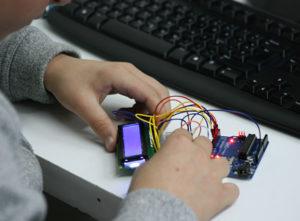 Actividades Extraescolares Tecnología Programación. Aula de Ocio presenta el nuevo curso con una novedad muy esperada, la actividad 'Tecnología y Programación', que supone la vía definitiva para incorporar la tecnología a la vida de los niños de una manera gradual y segura. Este taller va más allá de la robótica clásica, donde hasta ahora se habían centrado los esfuerzos, y abarca muchos más campos esenciales además de la robótica, como la electromecánica, el diseño gráfico, las bases de datos, ingeniería 3D, páginas web, apps o videojuegos.