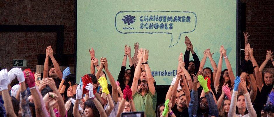 Colegios Escuelas Changemaker. Las Escuelas 'Changemaker' ('propulsadoras del cambio') son una red de escuelas pioneras por todo el mundo, que han conseguido adaptarse a las necesidad educativas actuales y se mantienen en sintonía con un mundo en constante evolución, siendo las generadoras de los cambios sociales del futuro. Este proyecto trabaja por reconocer las escuelas que educan a sus alumnos en habilidades como la empatía, trabajo en equipo, liderazgo, resolución de problemas, creatividad...