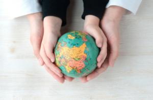 Cambio Climático Educación. La gran preocupación ambiental de nuestro siglo, el Cambio Climático, un fenómeno que afecta a todos y cada uno de nosotros seamos de donde seamos y que está en nuestra mano evitar. Con pequeños detalles podemos ayudar a ralentizar el calentamiento global y una de las maneras de asegurarse que se hará en el futuro es prevenir a los más pequeños. En este artículo encontrarás una manera directa y fácil de explicar este fenómeno a tus alumnos y alumnas en el aula o a tus hijos e hijas en casa, además de tres experimentos que puedes hacer con ellos para hacer más gráfica esta importante explicación...