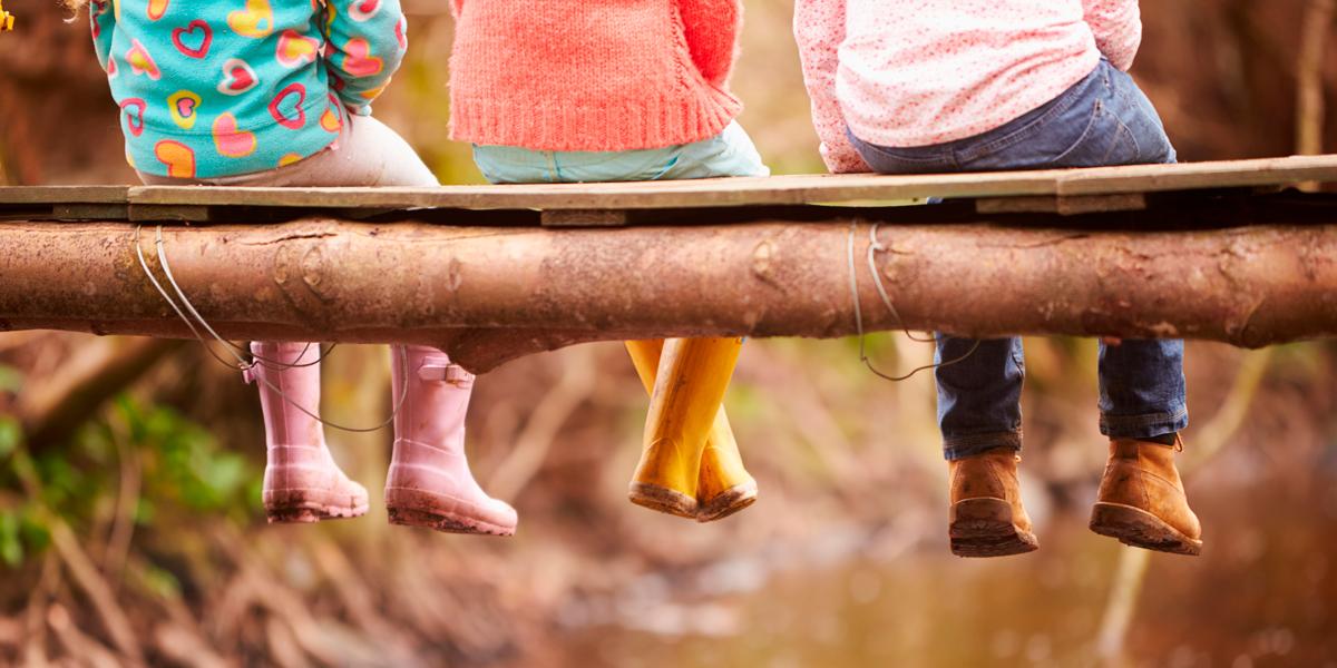 Educación Ambiental. La formación y la educación son las mejores herramientas para comprometernos con el uso responsable de los recursos y el respeto por el entorno natural. Para transmitirlo convenientemente hay que contar con docentes bien formados y concienciados. Aula de Ocio les presenta Naturaliza, formación ambiental para profesores y profesoras.